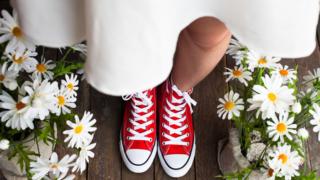 花と赤いスニーカー